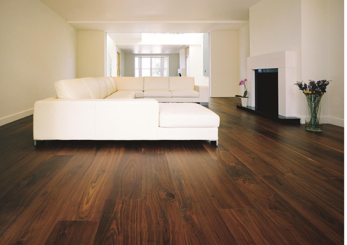 Деревянный пол ручной работы из массивного Темного Американского Ореха шириной до 45 см. Нью-Йорк