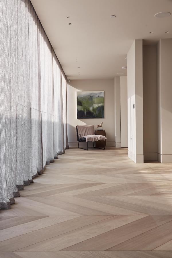 Деревянный пол ручной работы из инженерного Континентального Дуба Селект Шеврон с плашкой шириной 20 см. Лондон