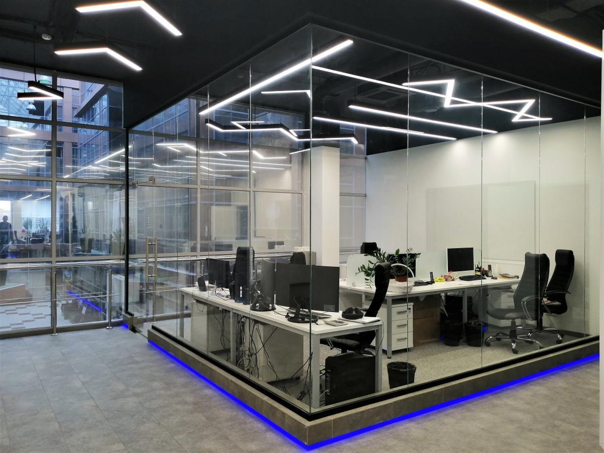 Установленная перегородка в офисном центре